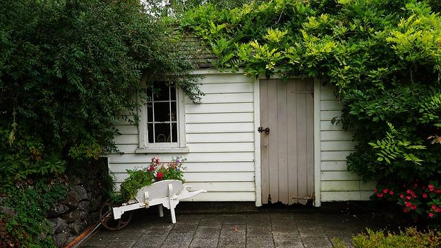 Comment protéger mon abri de jardin en résine